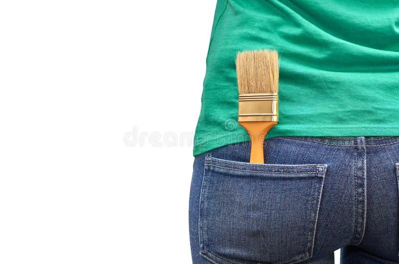 Verfborstel in de zak jeans Geïsoleerdj op witte achtergrond stock foto's