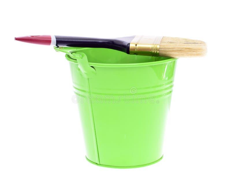 Verfborstel met Groene die Emmer op Wit wordt geïsoleerd royalty-vrije stock afbeelding