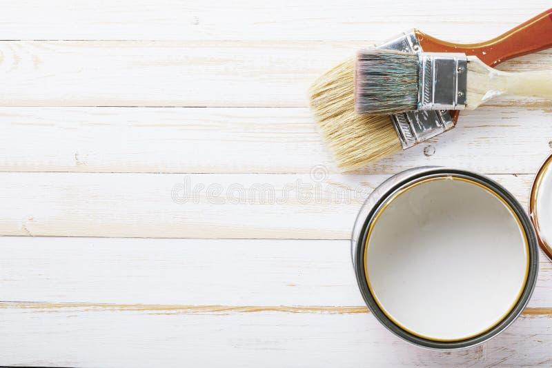 Verfborstels op houten die raad op het schilderen in wit wordt voorbereid royalty-vrije stock foto's