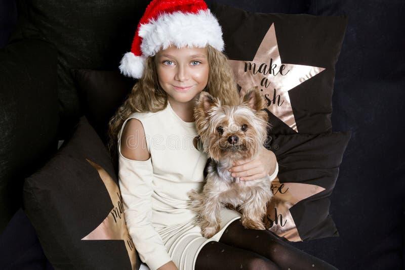 Verfijnde klein een jong meisje met verbazende ogen en blonde haren ligt op het bed en royalty-vrije stock foto's