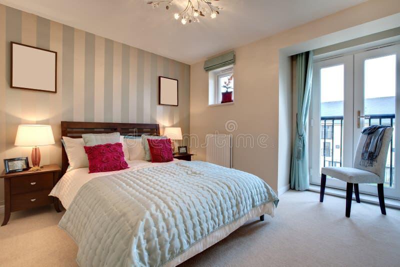 Verfijnde moderne slaapkamer royalty-vrije stock afbeelding