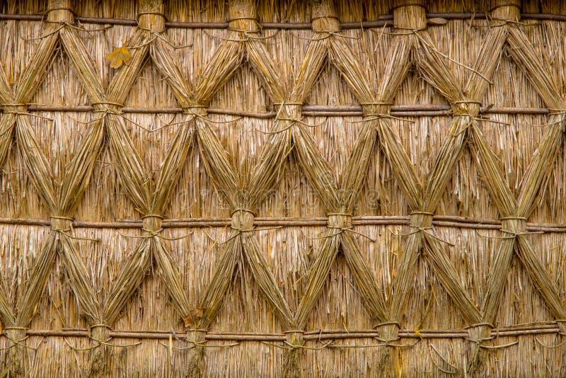 Verflochtenes mit Stroh gedecktes Reed an auf einem Häuschen stockfotografie