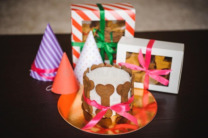 Verfolgen Sie Kuchen und Plätzchen in den Kästen mit Geburtstagshut stockfotografie