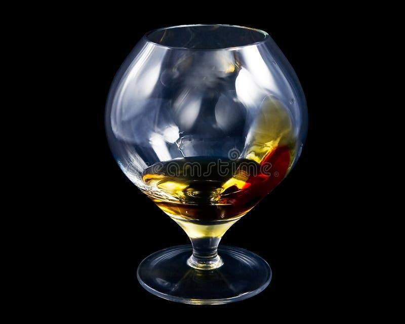 Verfraaid cognacglas, dat met wat alcohol wordt gevuld, royalty-vrije stock foto's