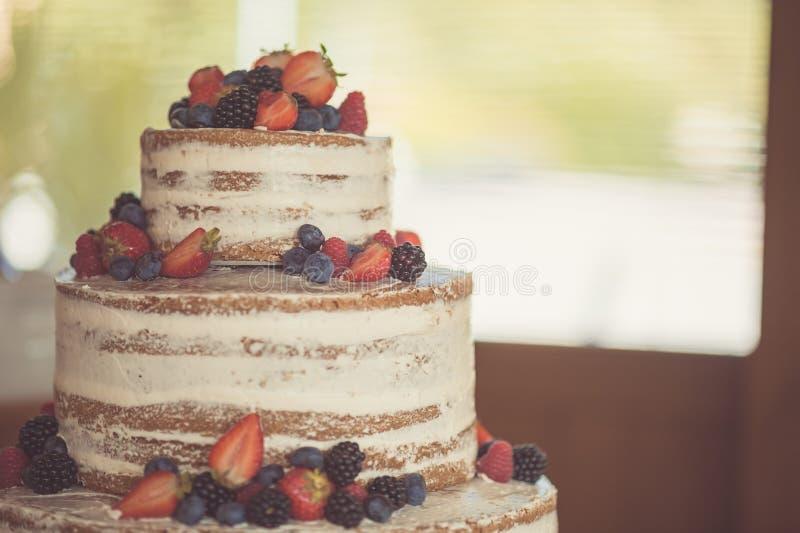 Verfraaid door bessen naakte cake, rustieke stijl voor huwelijken, verjaardagen en gebeurtenissen royalty-vrije stock foto
