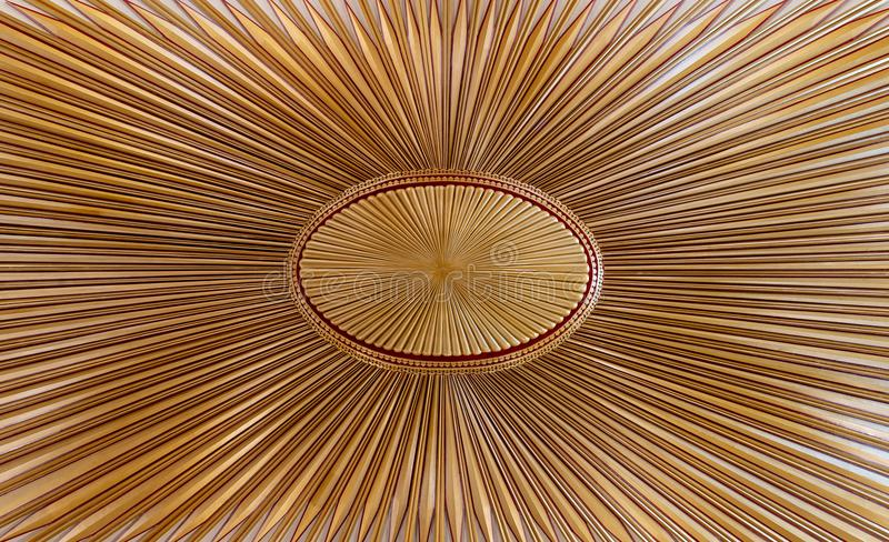 Verfraaid gouden houten die plafond met ontwerp op de oude vlag van het ottomaneimperium wordt gebaseerd royalty-vrije stock foto