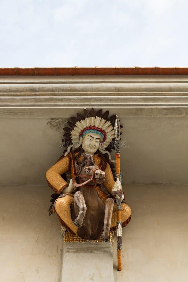 Verfraaid haut-reliëfbeeldhouwwerk van Amerikaanse Inwoner (Rode Indiër) royalty-vrije stock afbeeldingen