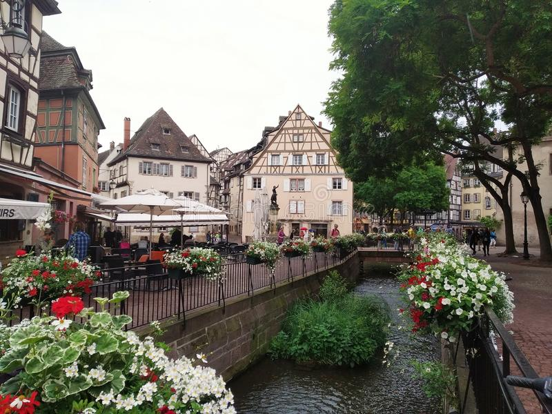 Verfraaid met bloemenkanalen van Colmar, Frankrijk stock fotografie