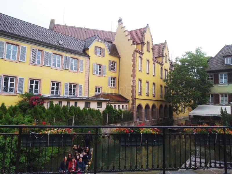 Verfraaid met bloemenkanalen van Weinig Venetië en zijn coloreful oude huizen in Rijnstijl Colmar, Frankrijk royalty-vrije stock afbeelding