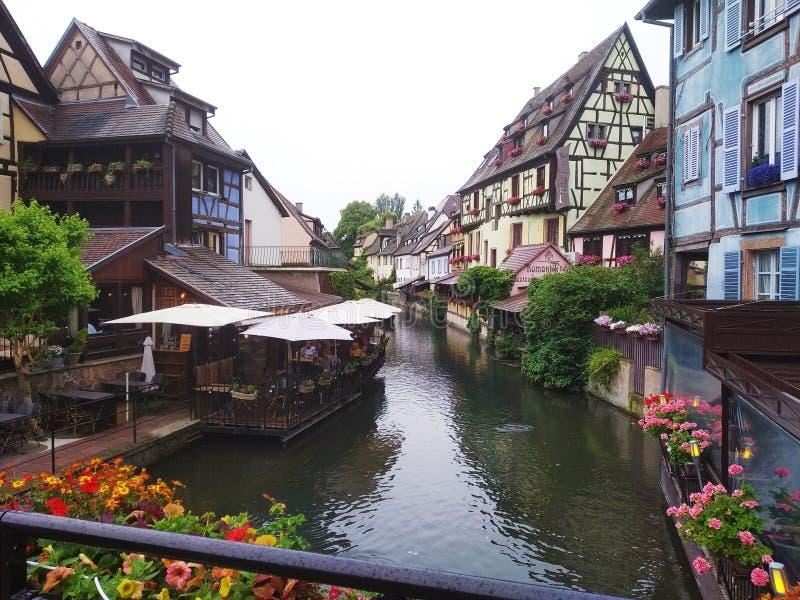 Verfraaid met bloemenkanalen van Weinig Venetië en zijn coloreful oude huizen in Rijnstijl Colmar, Frankrijk royalty-vrije stock foto's