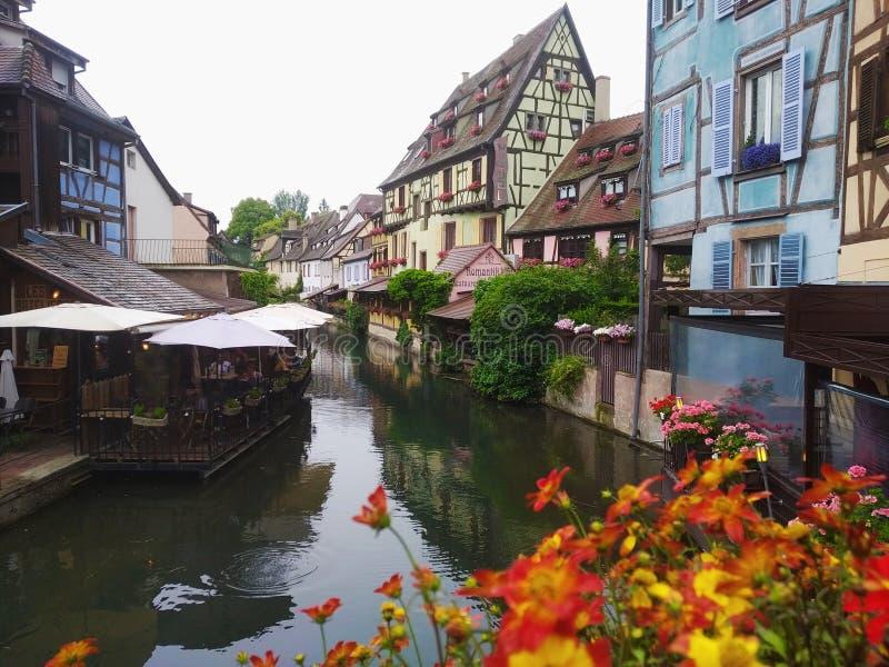 Verfraaid met bloemenkanalen van Weinig Venetië en zijn oude huizen in Rijnstijl Colmar, Frankrijk stock afbeeldingen