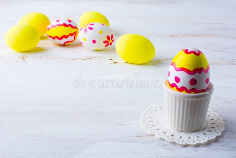Verfraaid paasei in een eierdopje royalty-vrije stock fotografie