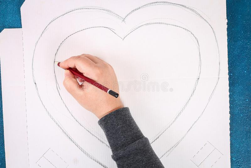 Verfraaide de hart gevormde kroon kunstbloem gemaakt roze tot papieren zakdoekjeservetten stock foto's