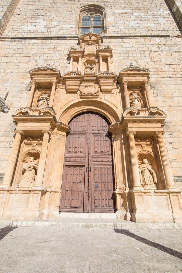 Verfraaide deur van Parochie Santa Ana in Penaranda DE Duero stock afbeelding
