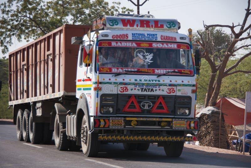 Verfraaide en geschilderde zware stortplaatsvrachtwagen op de weg in India stock fotografie