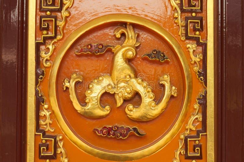 Verfraaide gouden deur van een Boeddhistische Tempel in Kunming stock foto