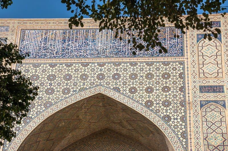 Verfraaide ingang aan de middeleeuwse bouw in Samarkand, Oezbekistan royalty-vrije stock fotografie