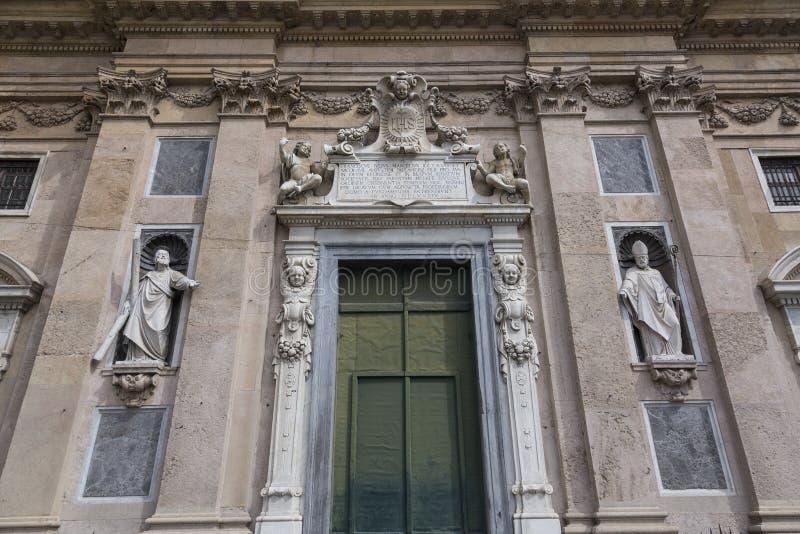 Verfraaide ingang in de oude kathedraal stock afbeeldingen