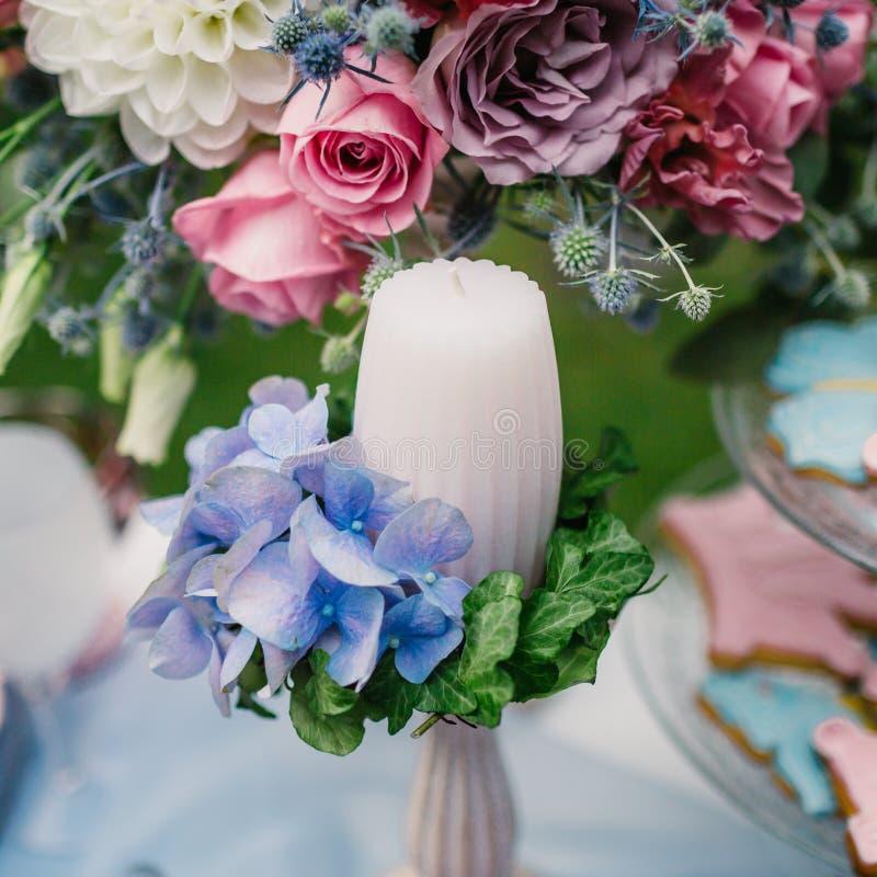 Verfraaide kaars op achtergrond bij het bloemstuk Huwelijksdecoratie in de stijl van boho royalty-vrije stock afbeeldingen