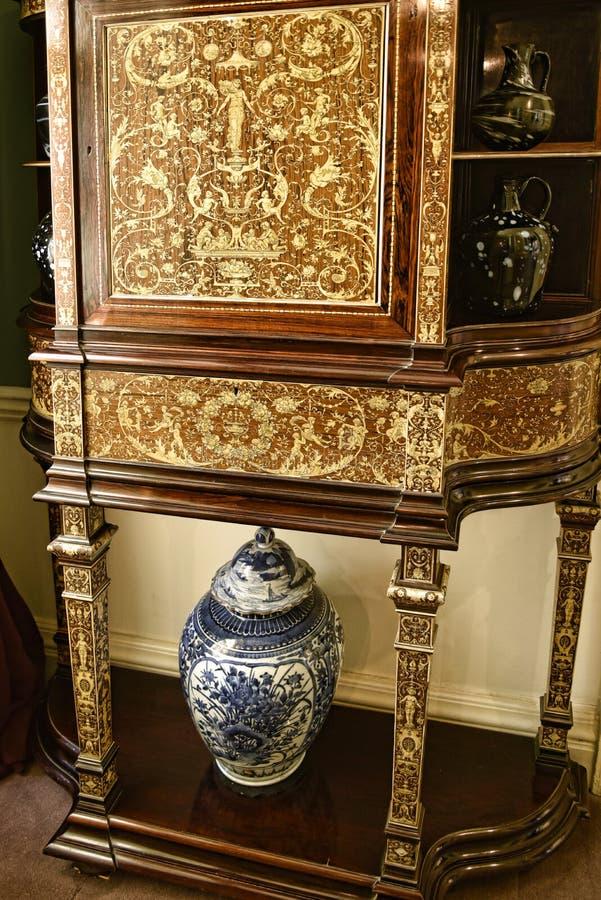 Verfraaide Kabinet en vaas in een Mooi Buitenhuis dichtbij Leeds West-Yorkshire dat geen Nationaal Vertrouwensbezit is royalty-vrije stock foto's