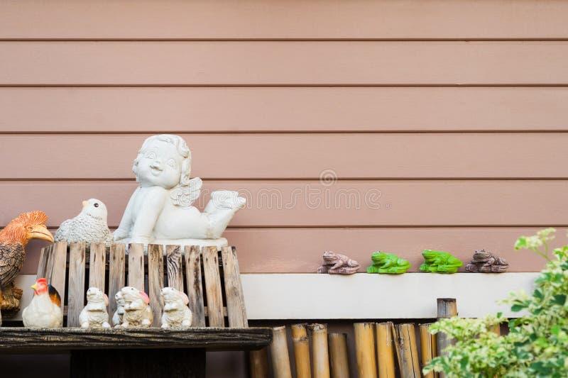 Verfraaide keramiek met horizontale houten plankachtergrond royalty-vrije stock afbeeldingen