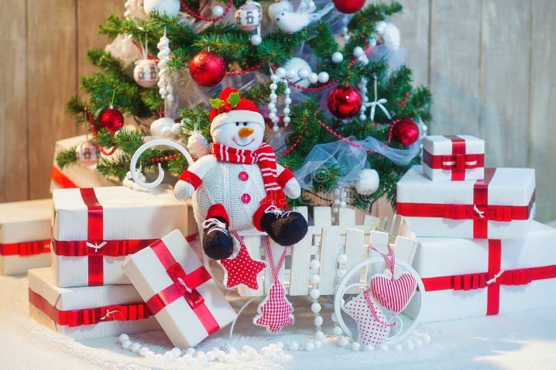Verfraaide Kerstboom en Kerstmisgiftdozen royalty-vrije stock foto