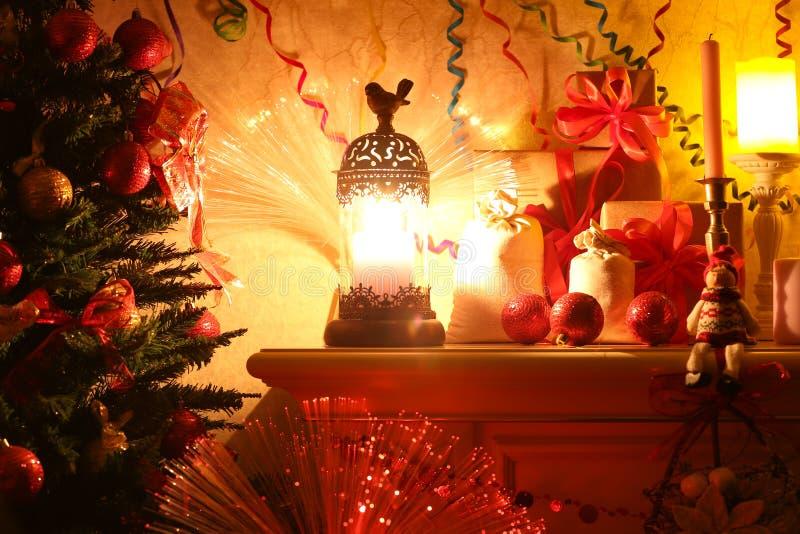 Verfraaide Kerstboom in het licht van een lamp door de open haard royalty-vrije stock foto