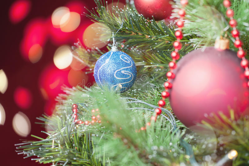 Verfraaide Kerstboom met samenvatting bokeh bij achtergrond stock afbeeldingen
