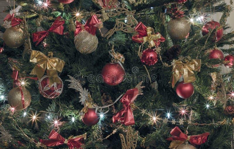 Verfraaide Kerstboom met snuisterijen, bogen, lichten royalty-vrije stock afbeelding