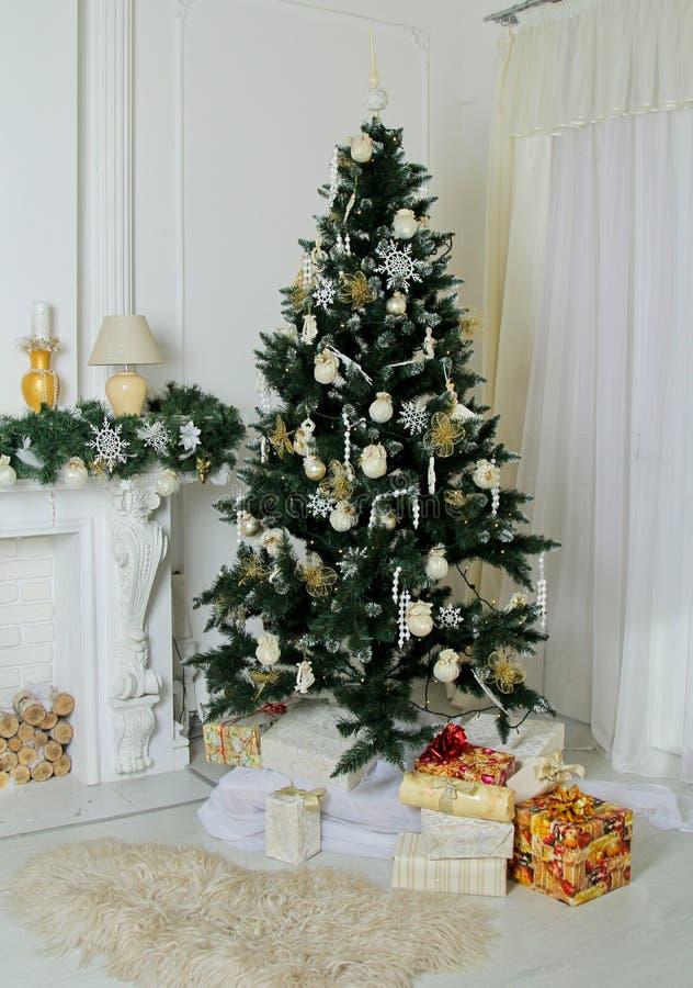Verfraaide Kerstboom thuis stock afbeelding