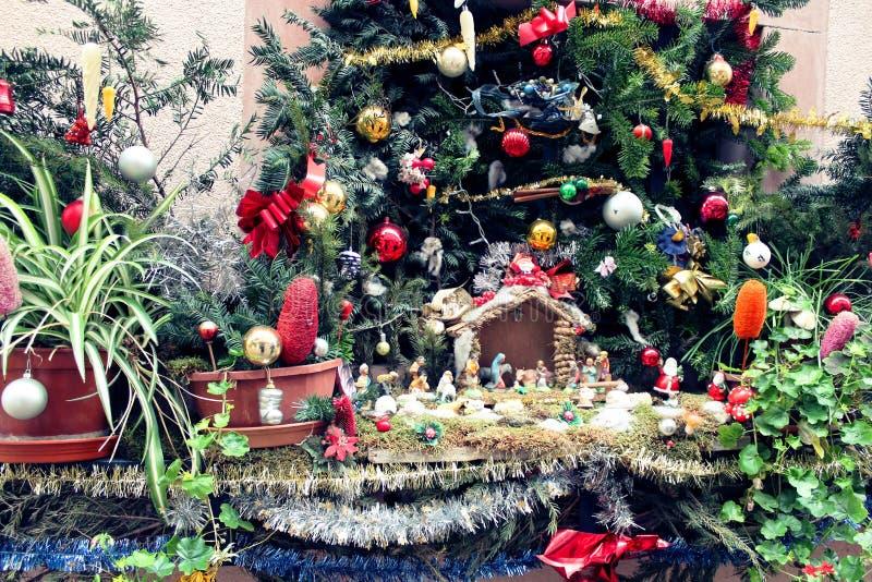 Verfraaide Kerstmisschuilplaats en boom stock afbeelding