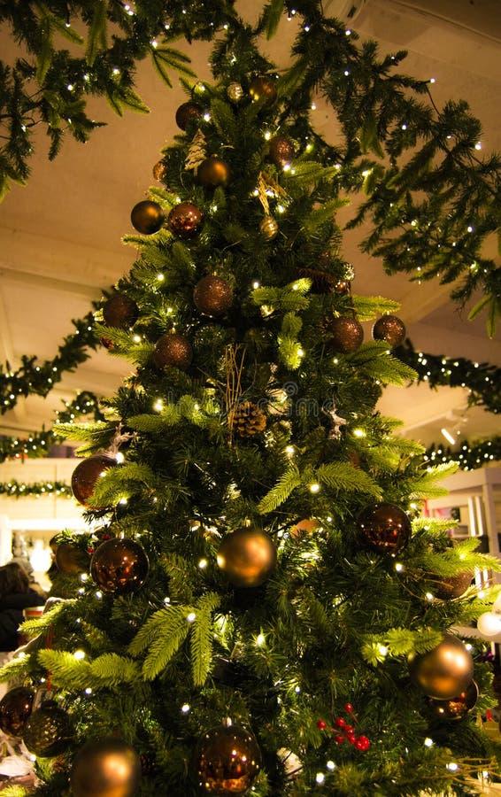 Verfraaide lichtgevende Kerstmisboom stock fotografie