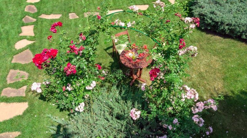 Verfraaide lijst met kazen, aardbei en wijn in mooie roze tuin, lucht hoogste mening van het romantische het voedsel van de datum royalty-vrije stock afbeelding