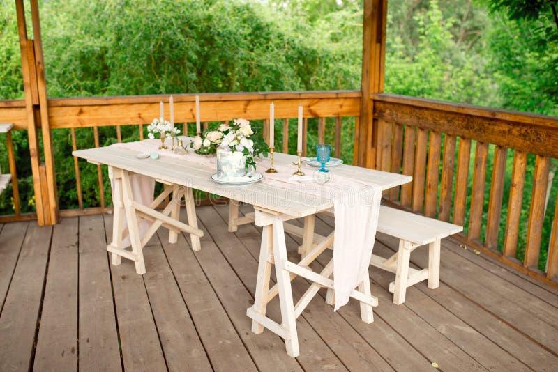 Verfraaide lijst voor diner voor tweepersoons, met platenmes, vork, kaas, wijn, wijnglazen en bloemen in een koper royalty-vrije stock afbeeldingen