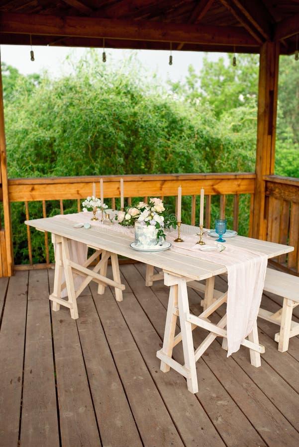 Verfraaide lijst voor diner voor tweepersoons, met platenmes, vork, kaas, wijn, wijnglazen en bloemen in een koper stock afbeeldingen