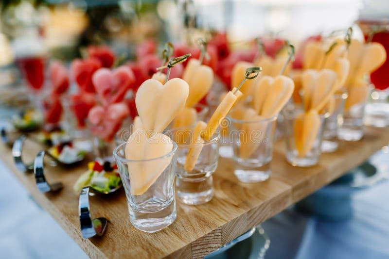Verfraaide meloen hart-vormig Gezet in een glas stock fotografie