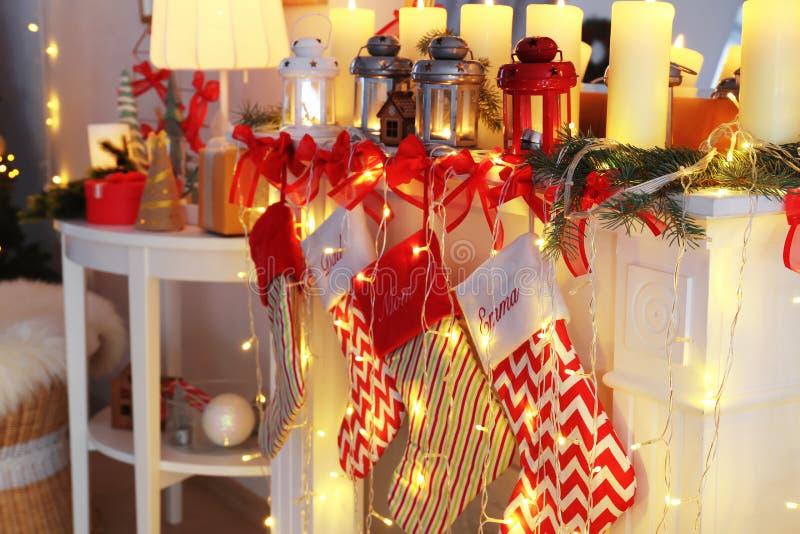 Verfraaide open haard met Kerstmislantaarns, kaarsen en sokken royalty-vrije stock foto