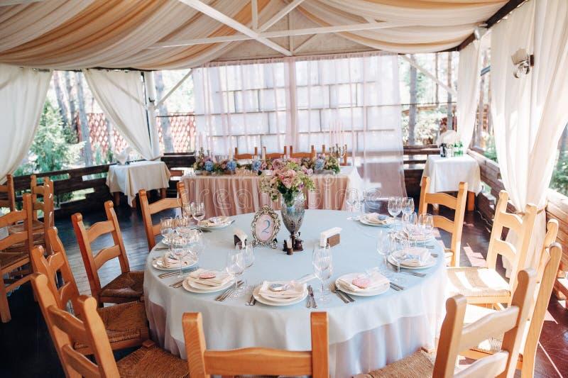 Verfraaide rondetafel in pastelkleuren royalty-vrije stock afbeelding