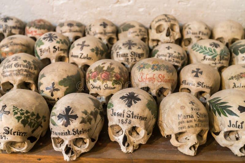 Verfraaide Schedels in een Beenhuis van Hallstatt, Oostenrijk stock foto