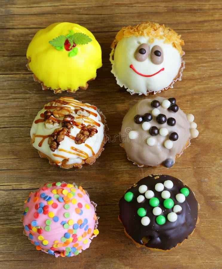 Verfraaide vakantiedesserts, cupcakes stock afbeelding