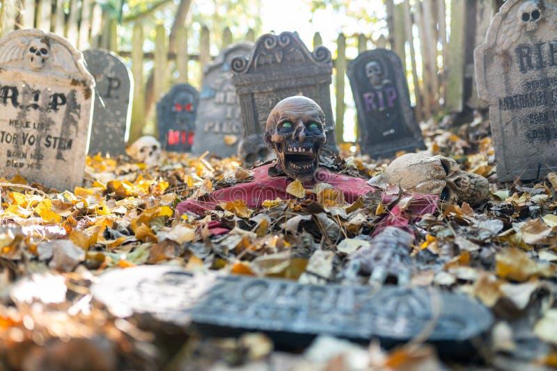 Verfraaide valse begraafplaats voor Halloween stock foto