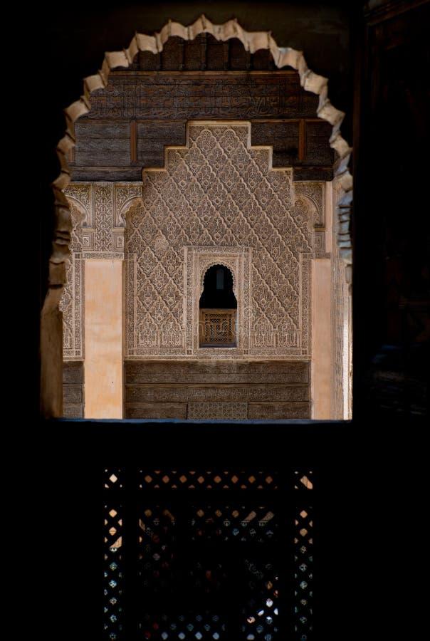 Verfraaide vensters en doorframes in Ben Youssef Madrasa stock foto's