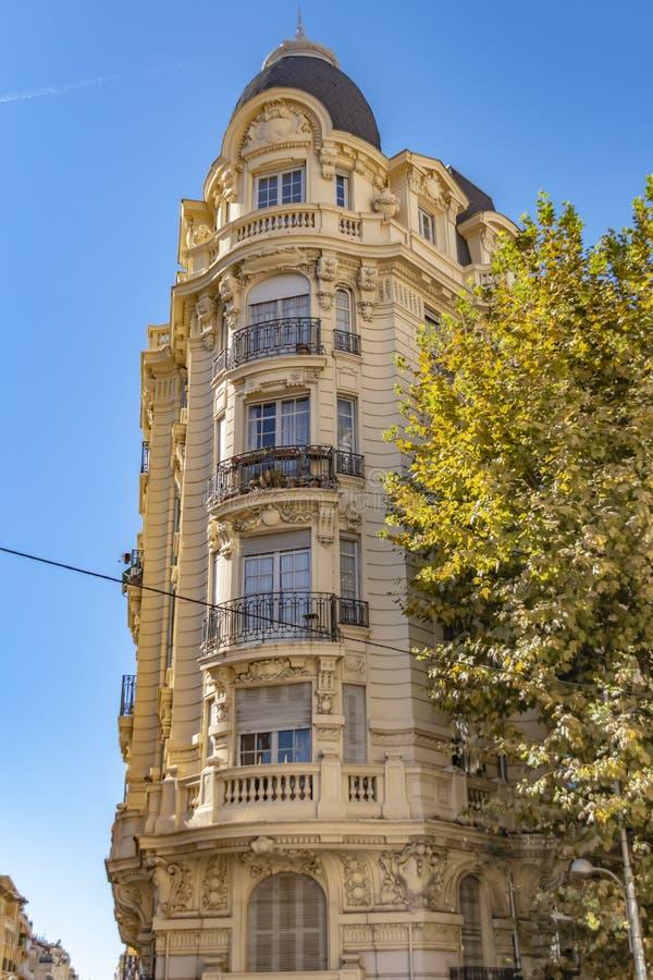 Verfraaide voorgevel van een historisch huis in Nice, Frankrijk U kunt de typische vensters, de balkons en de blinden van Mediter royalty-vrije stock fotografie