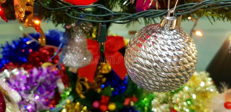 Verfraait de Kerstmis zilveren bal op boom met lichte achtergrond voor vieringsfestival en partij voor achtergrond royalty-vrije stock afbeeldingen