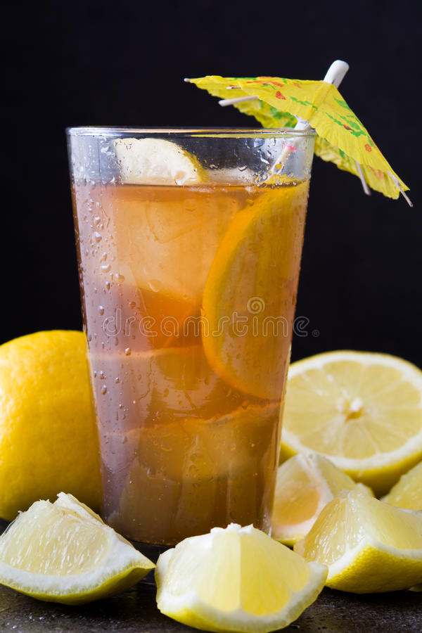 Verfris Ijsthee met citroen De zwarte Achtergrond van de Steen royalty-vrije stock fotografie