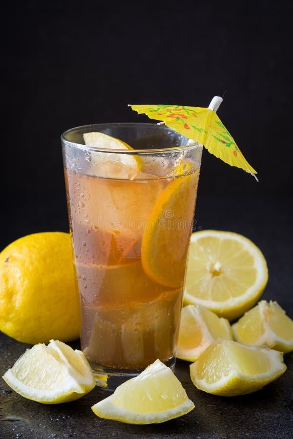 Verfris Ijsthee met citroen De zwarte Achtergrond van de Steen stock afbeelding
