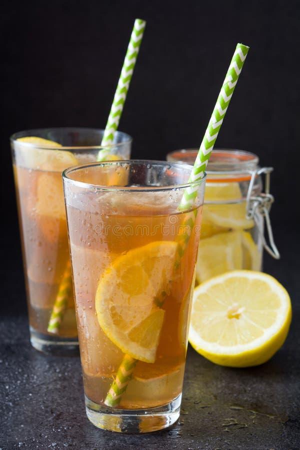 Verfris Ijsthee met citroen De zwarte Achtergrond van de Steen stock afbeeldingen
