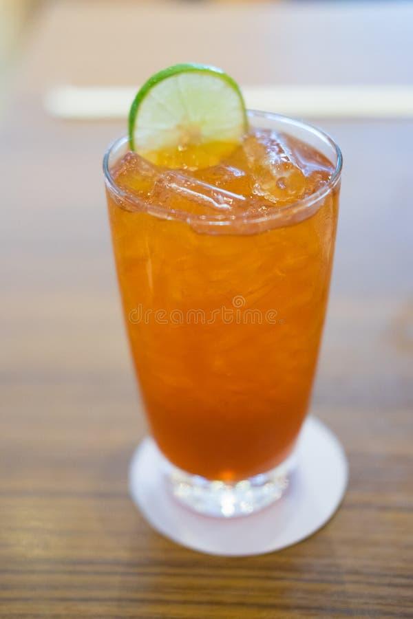 Verfrissend glas ijskoude citroenthee stock foto's
