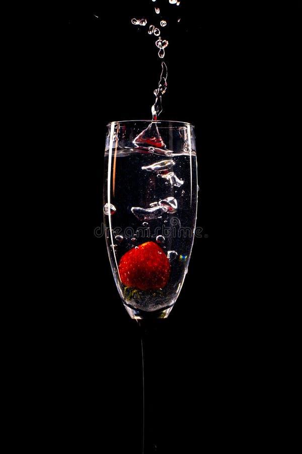 Verfrissende aardbeidaling in mousserende wijn stock foto