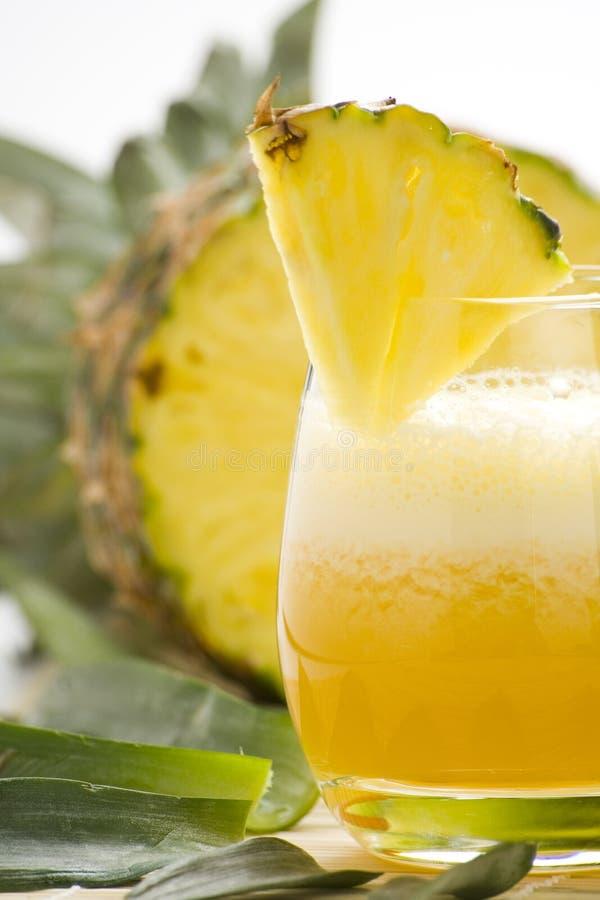 Verfrissende ananas en oranje milkshake royalty-vrije stock fotografie